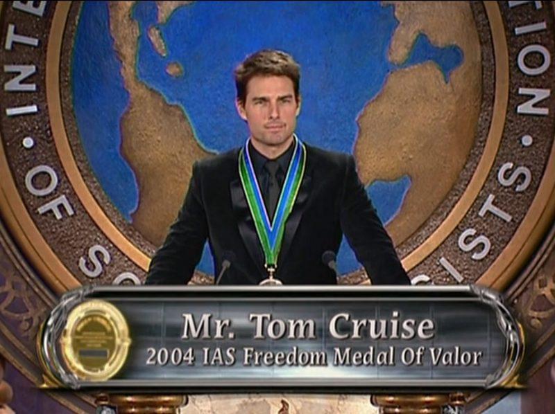 Tom Cruise riceve la medaglia al valore come membro onorario della Chiesa di Scientology per la sua dedizione e propaganda della dottrina religiosa nel mondo