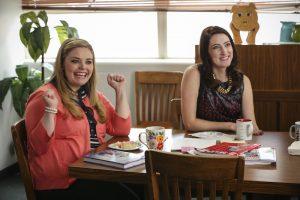 """Caroline e Chelsea in una scena della serie tv """"Teachers"""""""