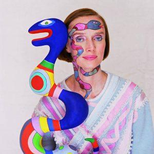 Niki de Saint Phalle con una sua scultura